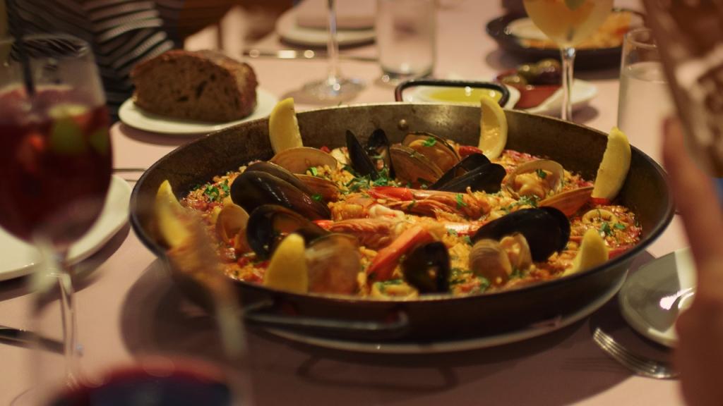 Postales-spanish-restaurant-main-Paella-Valenciana (13)
